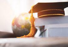 Een academische pet ligt op een paar boeken