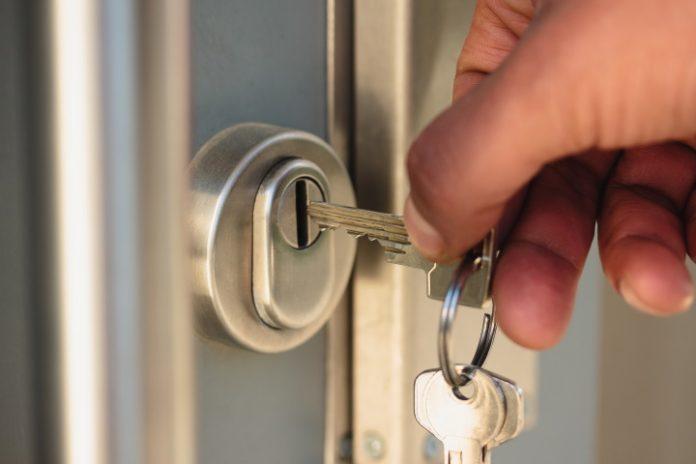 Afsluiten of openen van een deur met een sleutel